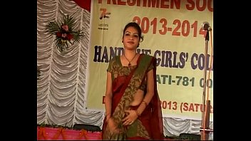 Fresher'_s day girl exposing her navel in saree seducting audience
