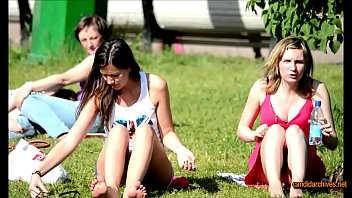 upskirt sentada en el parque habre las piernas