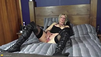 mature aunty with warm figure and greedy rosy.