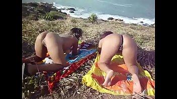 Amigas Se Exibindo Na Praia