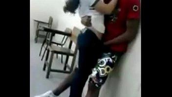novios fajeando en la escuela