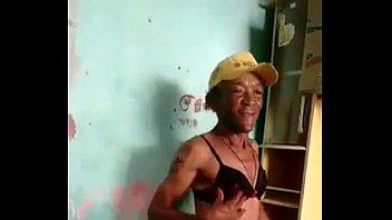 loco viejo bailando en tanga