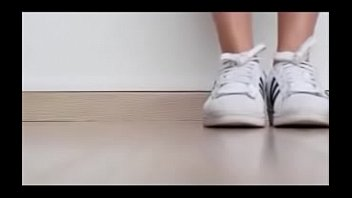 menina mostrando seus sneakers