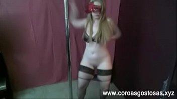 Coroa loira gostosa fazendo strip no pole dance - www.coroasgostosas.xyz