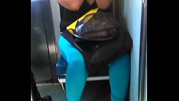 1 - chica hermosa del metro en zapatillas exhibiendo super escote