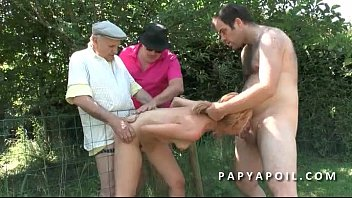 papy baise une bonne mature avec 2 potes.