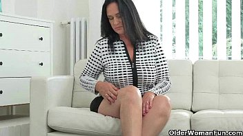 Well rounded milf Ria Black fingers her breedable pussy