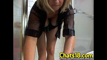 Hermosa esposa madurita graba en la ducha desnuda toca