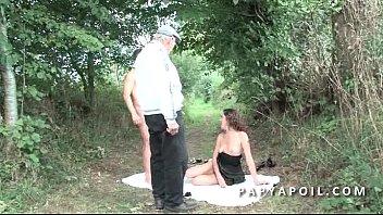 papy se fait sucer pendant que la mature.