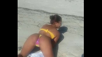 Gostosa safada dan&ccedil_ando funk na praia!