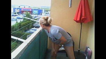 rubia se masturba en el balcon