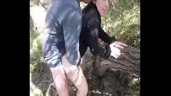 une diminutive penis dans le bois