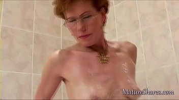 Mature pussy shaving solo