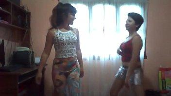 2 chicas uber-sexy bailando