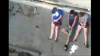Flagra - Amigos batendo punheta na sacada do pr&eacute_dio