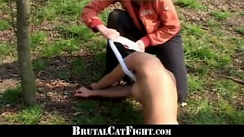 two ladies pay error with catfight.