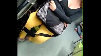 Linda chica con escote en el metro CDMX