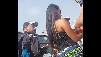 venezolana culona en leggins vendiendo helado