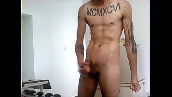 Jovem Tatuado batendo uma e gozando