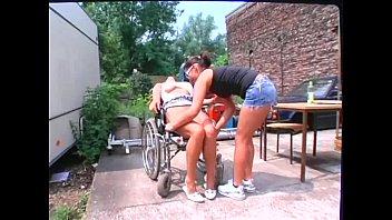 chica en silla de ruedas haciendo.