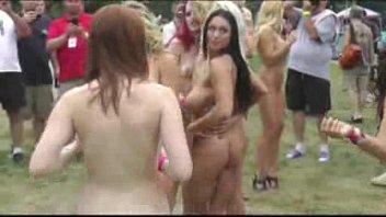 bare femmes in public