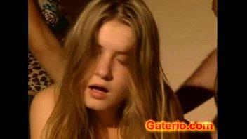 Jovencita Teen Gozando de su Primer Sexo Anal